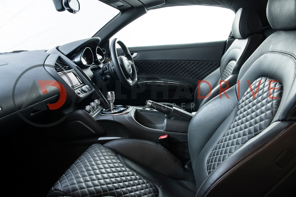 Audi-R8-V10-Spider-S-Tronic-2 interior side view